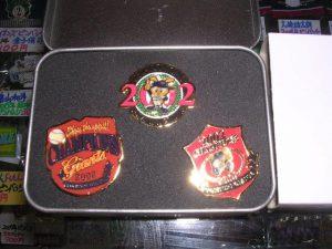 読売ジャイアンツ 2002年優勝記念ピンバッジ3点ケース付、ストラップ、遠藤イラスト入り特製トートバッグ